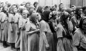 women-prisoners-at-auschwitz-1944-photo-source-the-holocaust-museum